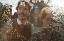 Benedict Cumberbatch y Claire Fox en The Electrical Life of Louis Wain. / RR SS.