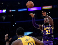 Draymond Green alaba a LeBron James