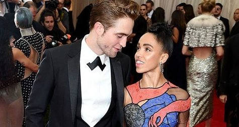 El actor Robert Pattinson con su prometida FKA Twigs en la gala MET. / Instagram