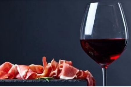 Vino y jamón. / Getty Images iStockphoto