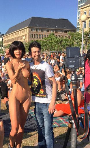 La Artista Milo Moiré Desnuda Una Performance O Porno álbumes