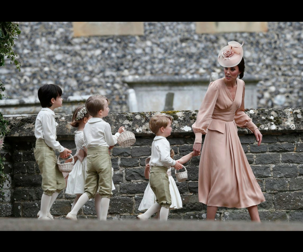 Kate Middleton y los pajecitos. / Twitter.