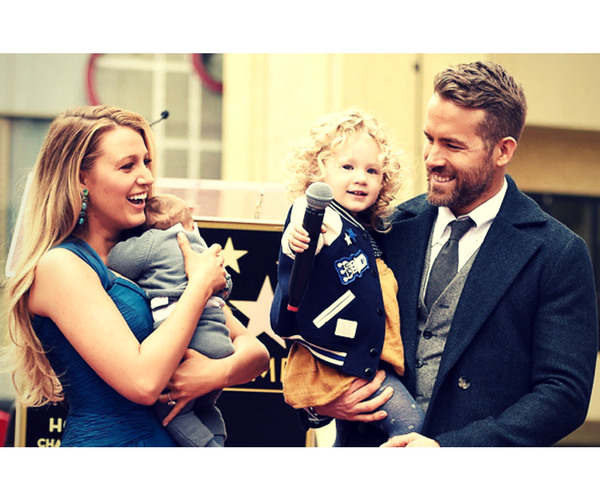 Ryan Reynolds, actor; con su esposa Blake Lively, actriz; y sus hijas James e Ines. / Pinterest.
