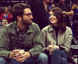 Dave McCary, guionista de SNL; y Emma Stone, actriz. RR SS