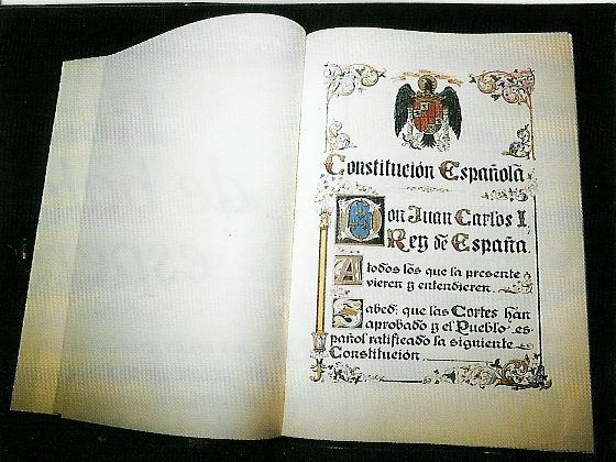 Ejemplar de la Constitución de España.