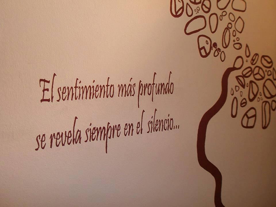 Se puede hablar y tener sentimientos profundos a la vez - Frases para paredes habitaciones ...