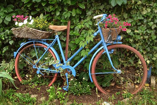 Bicicleta jard n en el peque o pueblo franc s de le for Guardar bicicletas en el jardin