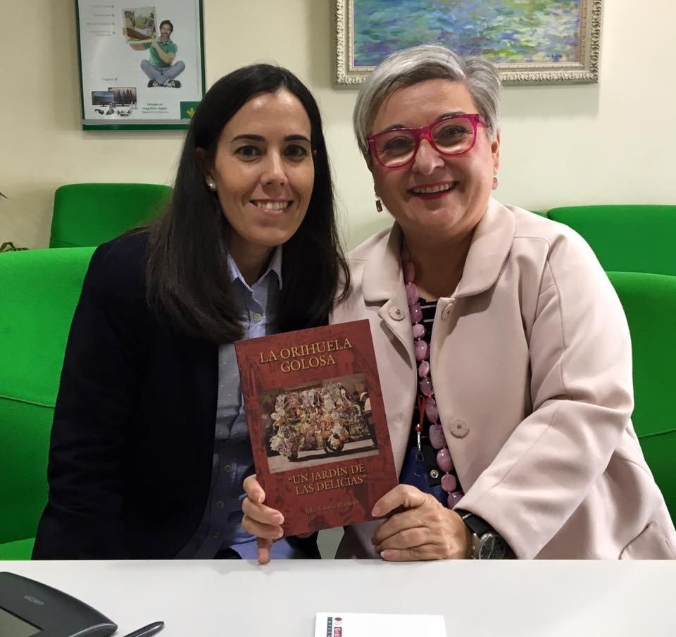 Julia Valoria junto a una lectora/ M.G.P