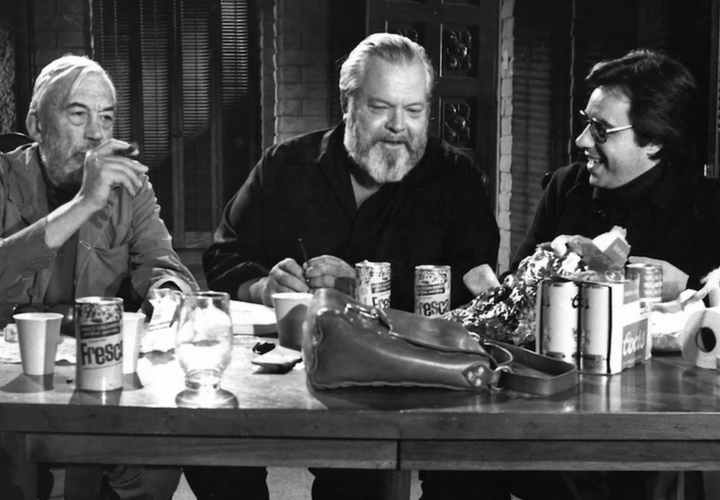 John Huston, Orson Welles y Peter Bogdanovich tomando un descanso de la filmación de The Other Side of the Wind. / Archivos de la Universidad de Michigan.