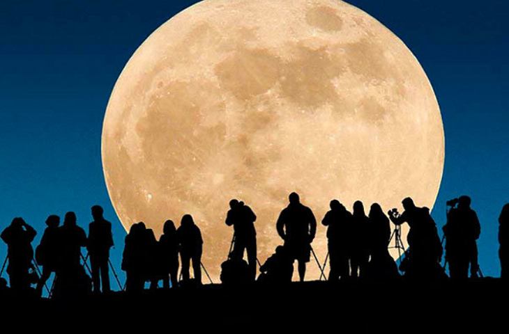Personas viendo la Superluna. / Republica.com.