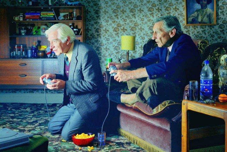 Personas mayores jugando videjuegos. RR SS