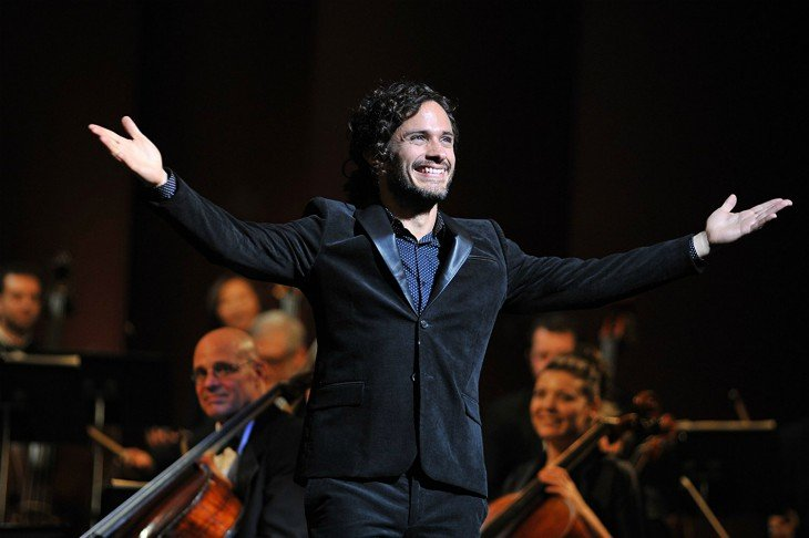 Gael Garcia Bernal, actor, como el director de orquesta Rodrigo de Souzaa, en Mozart in the Jungle. / RR SS