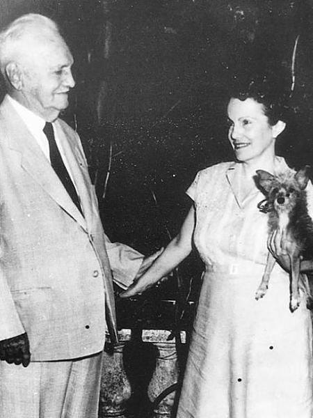 Dulce María, con su padre, el general Loynaz. / Mundiario