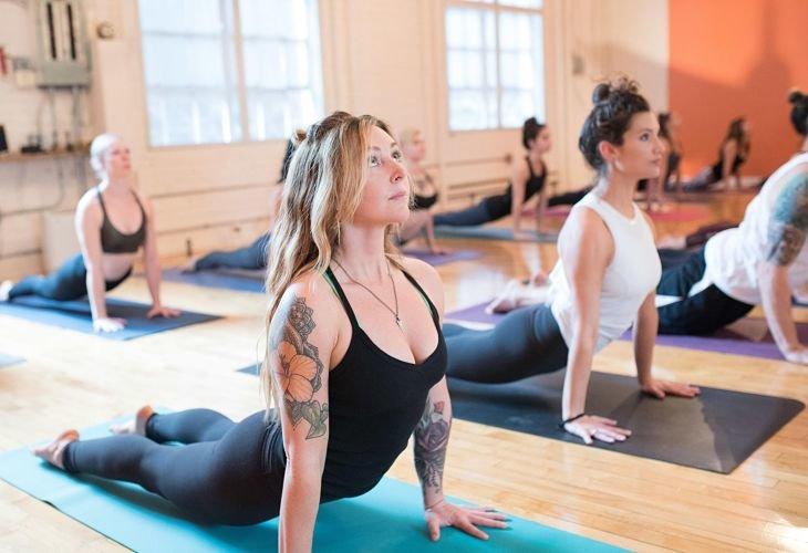 Una dama practicante de yoga. / Google