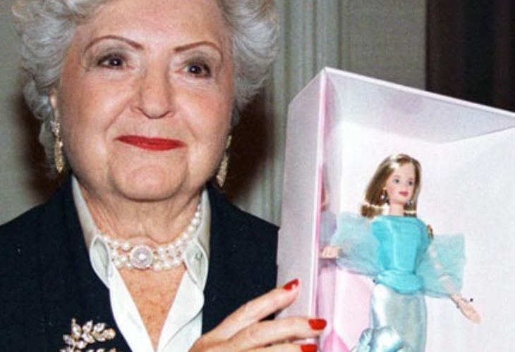 Ruth Handler sosteniendo a una Barbie