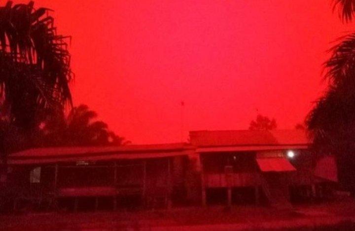 En Indonesia se tiñeron los cielos de rojo por incendios forestales
