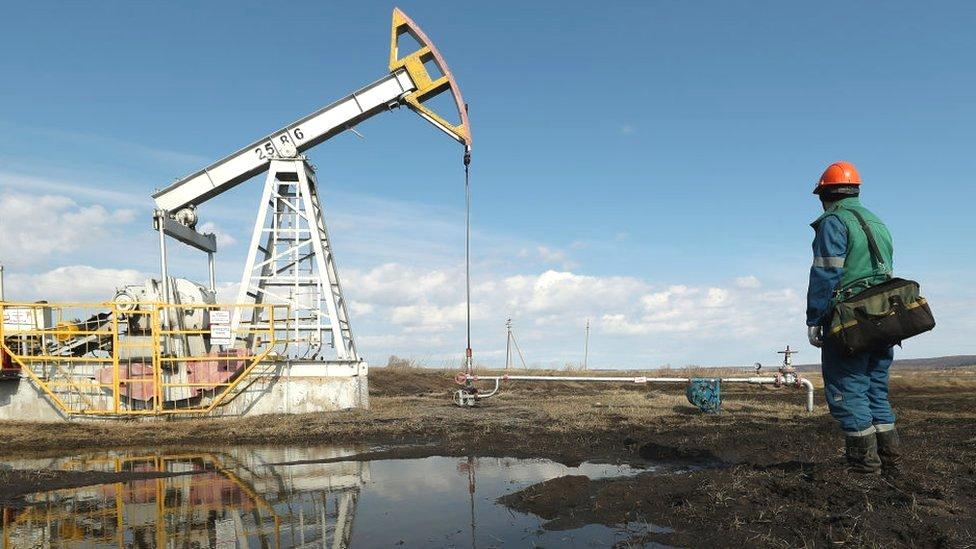 Bajan precios del petróleo por aumento de casos de Covid-19