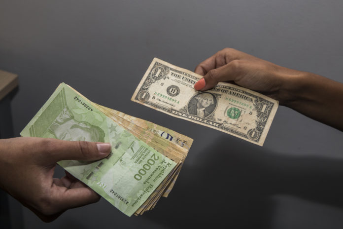 Moneda venezolana se devaluó casi 15% frente al dólar en una semana