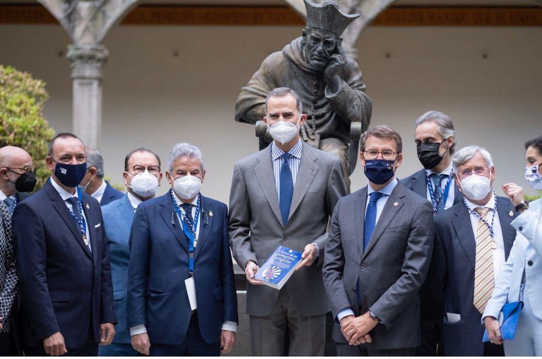 Felipe VI con el libro Crónica de un peregrino singular, junto a las autoridades asistentes a la inauguración del Congreso Jacobeo. / Mundiario